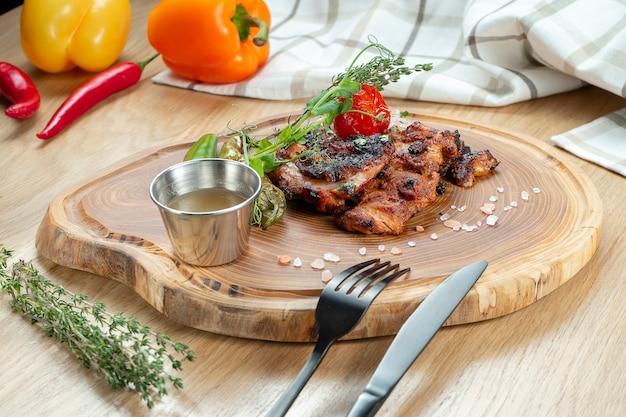 Nahaufnahme auf huhn perzola grill auf einem holzbrett. traditioneller georgischer kebab und küche.
