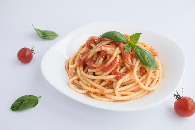 Nahaufnahme auf italienischen nudeln mit tomatensauce und parmesan