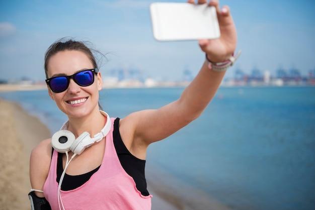 Nahaufnahme auf junge fitte person, die durch das meer joggt