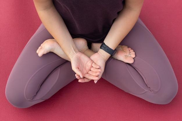 Nahaufnahme auf junge frau meditieren