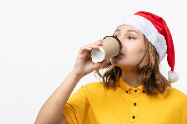 Nahaufnahme auf junge hübsche frau mit weihnachtsmütze isoliert