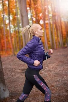 Nahaufnahme auf junge schöne frau, die joggt