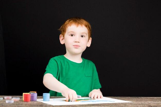 Nahaufnahme auf junge zeichnet mit seinen händen