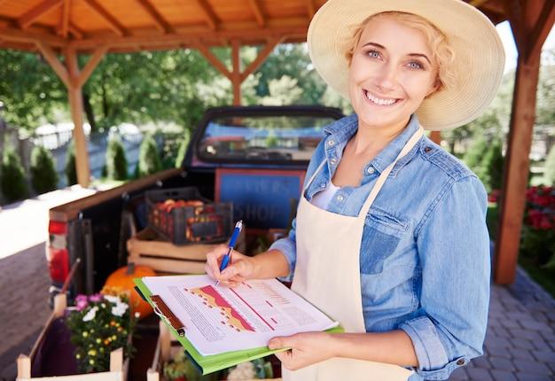 Nahaufnahme auf jungen gärtner, der produkte verkauft