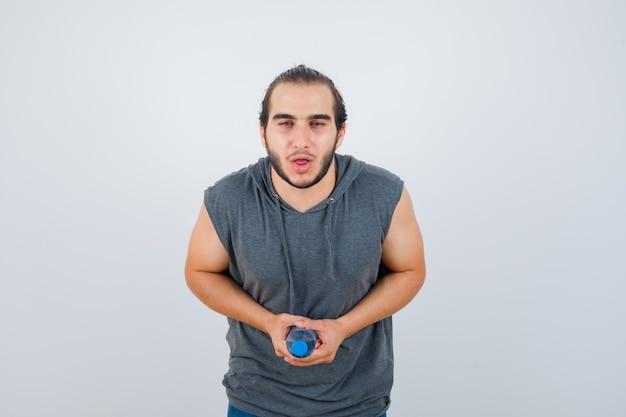 Nahaufnahme auf jungen mann, der isoliert gestikuliert