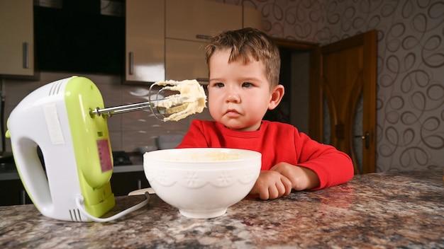 Nahaufnahme auf kind gelangweilt in der küche