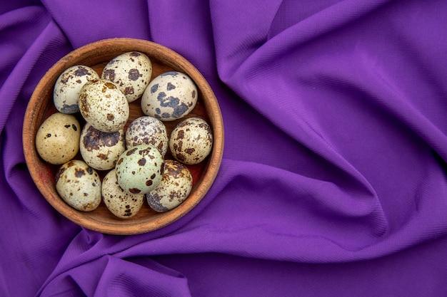 Nahaufnahme auf kleinen eiern in einem holztopf