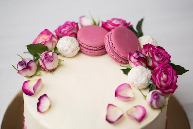 Nahaufnahme auf kuchen mit rosen und makronen
