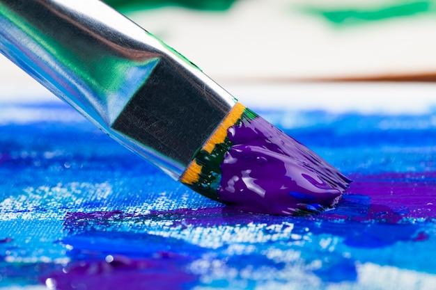 Nahaufnahme auf kunstpinseln und -farben