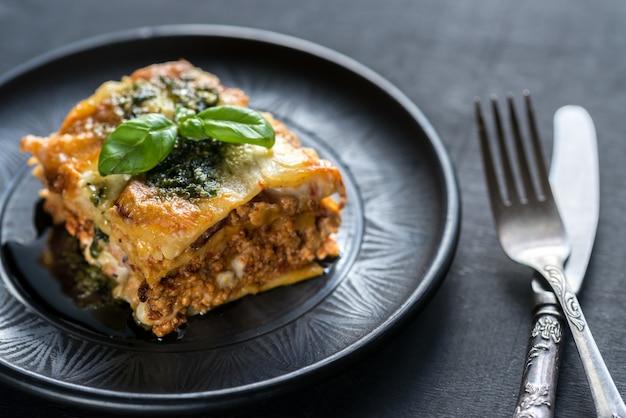 Nahaufnahme auf lasagne mit pesto auf dem teller