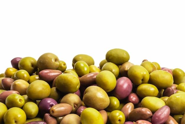 Nahaufnahme auf leckere mischung oliven isoliert