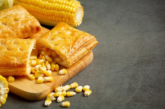 Nahaufnahme auf mais gebackenen kuchen fertig zu essen