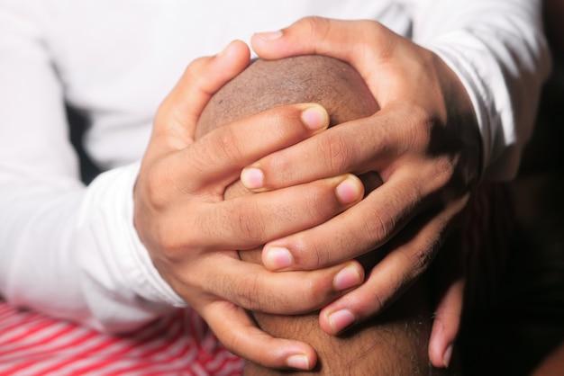 Nahaufnahme auf mann, der kniegelenkschmerzen leidet