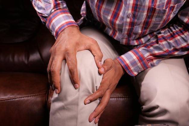 Nahaufnahme auf mann, der kniegelenkschmerzen leidet.