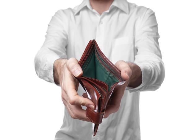 Nahaufnahme auf mann mit einer leeren geldbörse isoliert