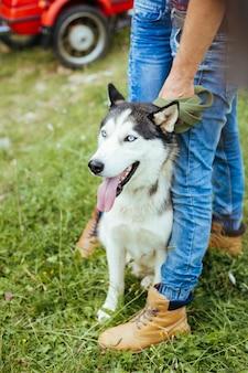 Nahaufnahme auf mann mit siberian husky hund im freien