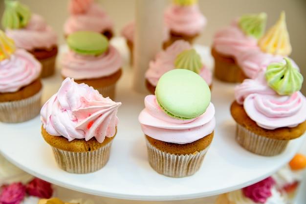 Nahaufnahme auf mehrfarbigen cremefarbenen cupcakes