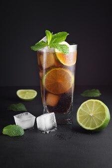 Nahaufnahme auf mojito cocktail auf schwarz