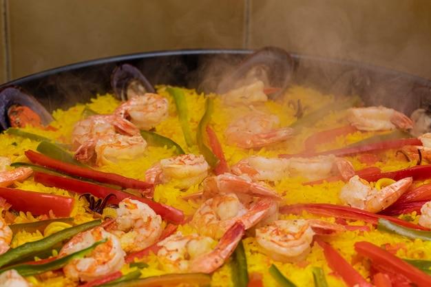 Nahaufnahme auf paella spanisches traditionelles essen valencia.