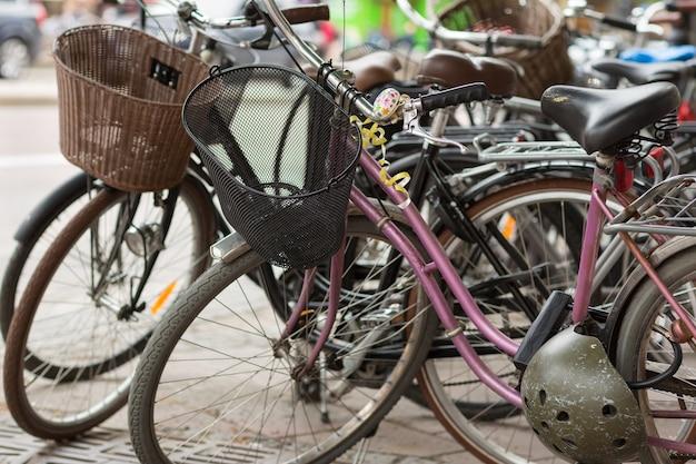 Nahaufnahme auf retro-fahrrädern, die auf der straße geparkt werden