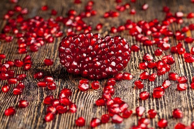 Nahaufnahme auf rotem granatapfel