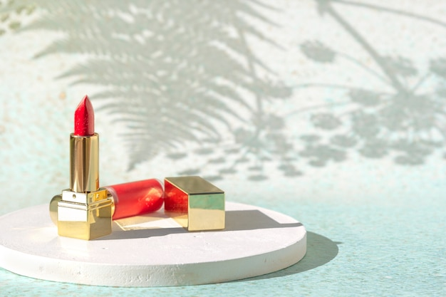 Nahaufnahme auf rotgoldenem lippenstift