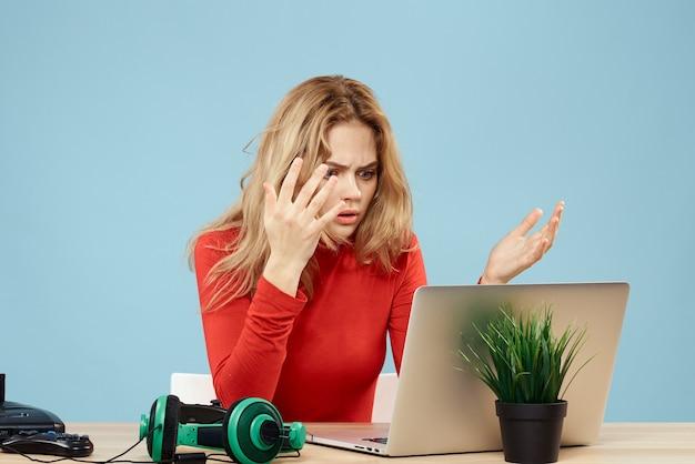 Nahaufnahme auf schockierte frau, die in ihrem laptop schaut