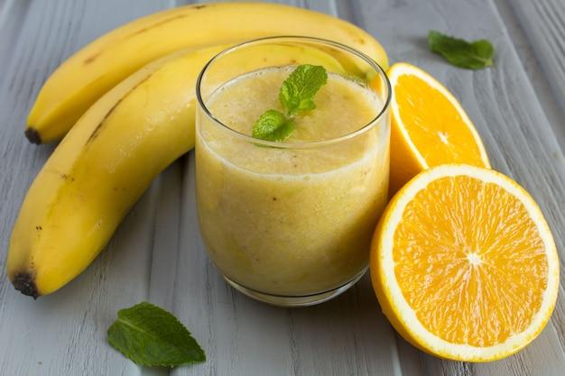 Nahaufnahme auf smoothie aus banane und orange