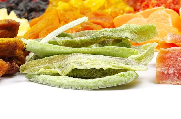 Nahaufnahme auf sortiment getrocknete früchte isoliert
