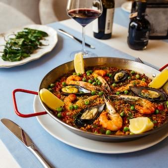 Nahaufnahme auf spanischer nationaler reisgericht-paella mit meeresfrüchten in einer pfanne
