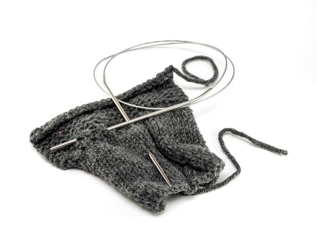 Nahaufnahme auf stricknadeln mit wolle isoliert