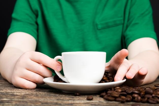 Nahaufnahme auf tee und kaffeebohnen