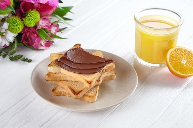Nahaufnahme auf toast mit erdnussbutter und orangensaft