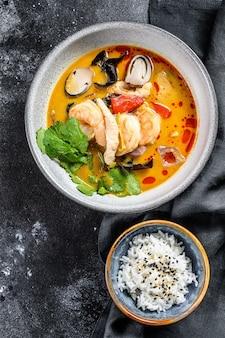 Nahaufnahme auf tom yam kung suppe thailändische küche