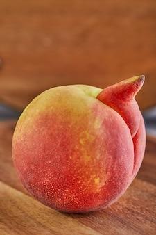 Nahaufnahme auf unvollkommenen und deformierten pfirsich