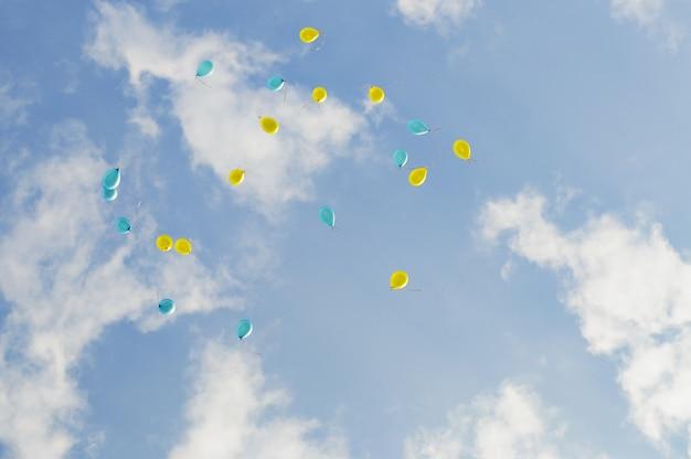 Nahaufnahme auf vielen ballons im blauen himmel