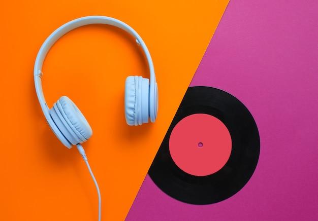 Nahaufnahme auf vinyl-disc mit kopfhörern isoliert