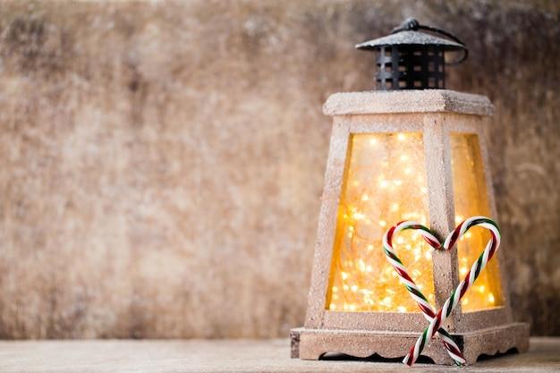 Nahaufnahme auf weihnachtsdekoration über hölzernem hintergrund.