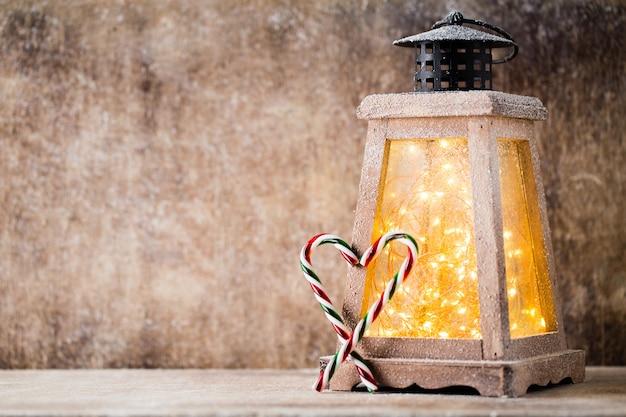 Nahaufnahme auf weihnachtsdekoration über holztisch.