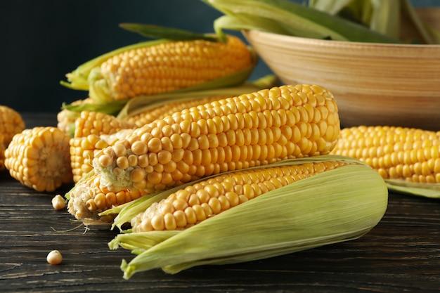 Nahaufnahme auf zusammensetzung mit frischem rohem mais