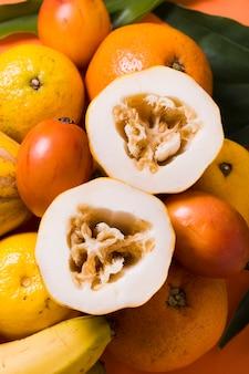 Nahaufnahme auswahl an exotischen früchten, die zum servieren bereit sind