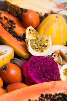 Nahaufnahme auswahl an leckeren exotischen früchten