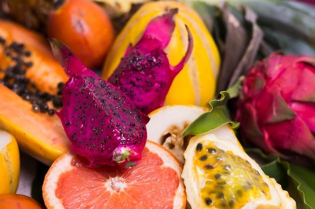 Nahaufnahme auswahl köstlicher exotischer früchte