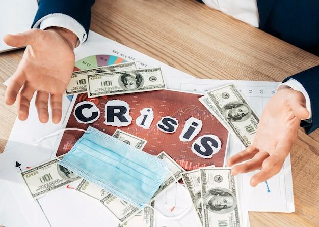 Nahaufnahme bargeld und maskenanordnung