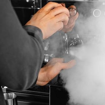 Nahaufnahme barista arbeitet mit dampf