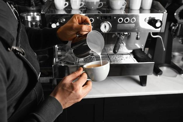 Nahaufnahme barista, der kaffee macht