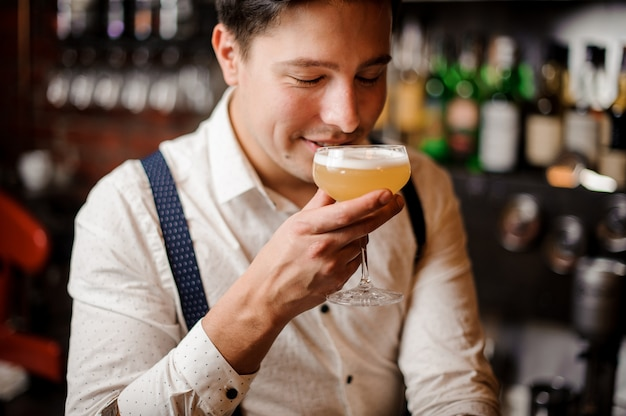 Nahaufnahme barkeeper mit orange phantasie cocktail