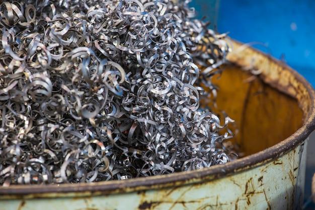 Nahaufnahme bearbeiteter stahl verdrehter spiralstahl in der tankspäneindustrie