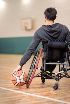Nahaufnahme behinderter mann, der basketball hält