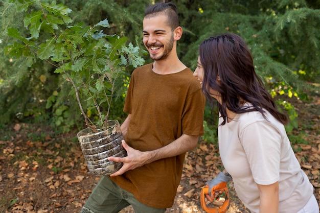 Nahaufnahme beim pflanzen neuer pflanzen in der natur